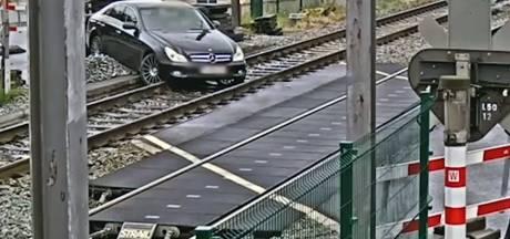 Belgische bestuurster raakt spoor compleet bijster bij afgezette treinovergang