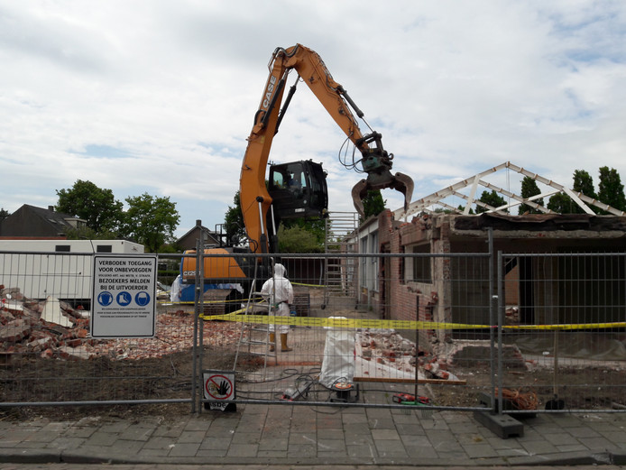 Oude bibliotheek en Kreativeitscentrum De Werckwinckel gaan aan de Schoolstraat in Hilvarnbeek tegen de vlakte