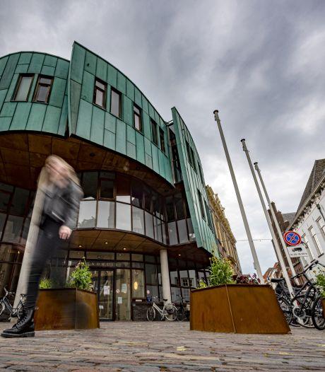 Roestkleurige plantenbakken moeten voorkomen dat auto's tegen het stadhuis in Zutphen aan rammen