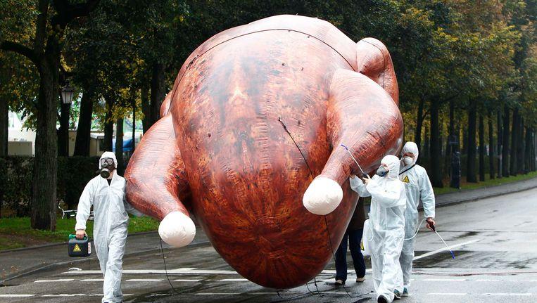 Milieuactivisten dragen een grote opblaasbare kip in protest tegen de 'chloorkip' in München, 1 oktober 2014. Beeld reuters