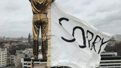 Studenten hangen vlag met 'sorry' aan beeld van Jan Fabre