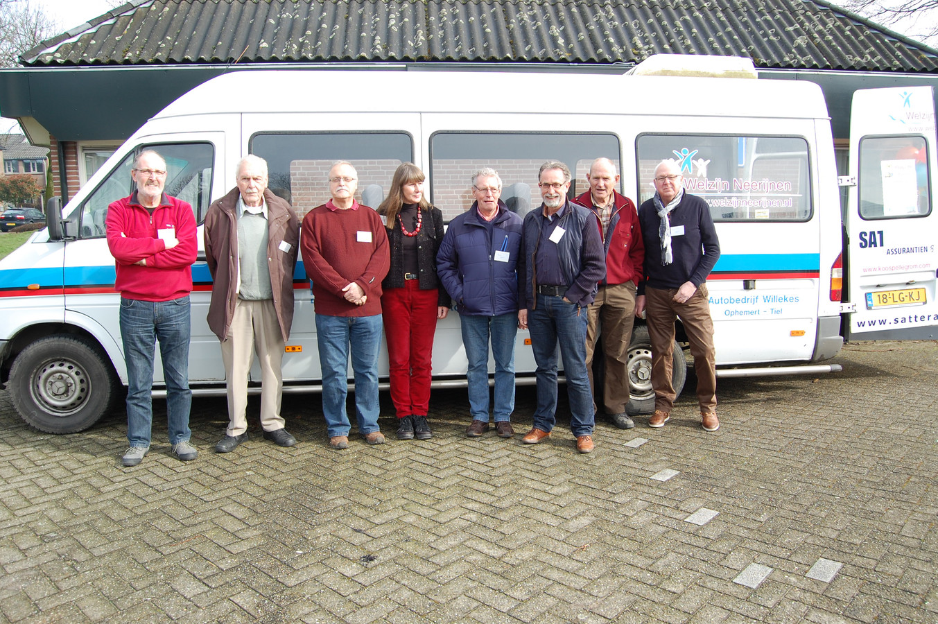 Vrijwilligers bij de bus.