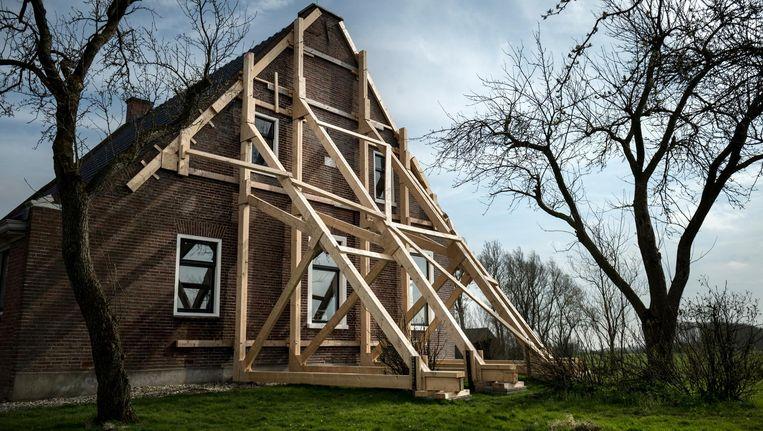 Een boerderij in in het Groningse dorp Startenhuizen is zwaar beschadigd door de aardbevingen. Beeld Kees van de Veen