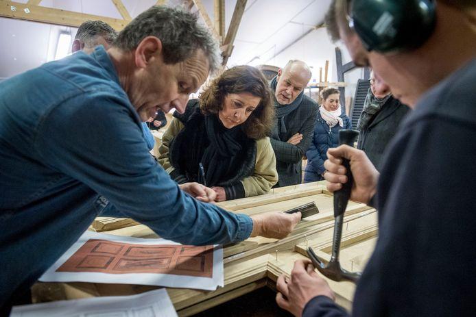 Demonstratie houtbewerking door leerlingen van ROC van Twente. Minister Ingrid van Engelshoven en ROC-bestuurder John van der Vegt kijken toe.