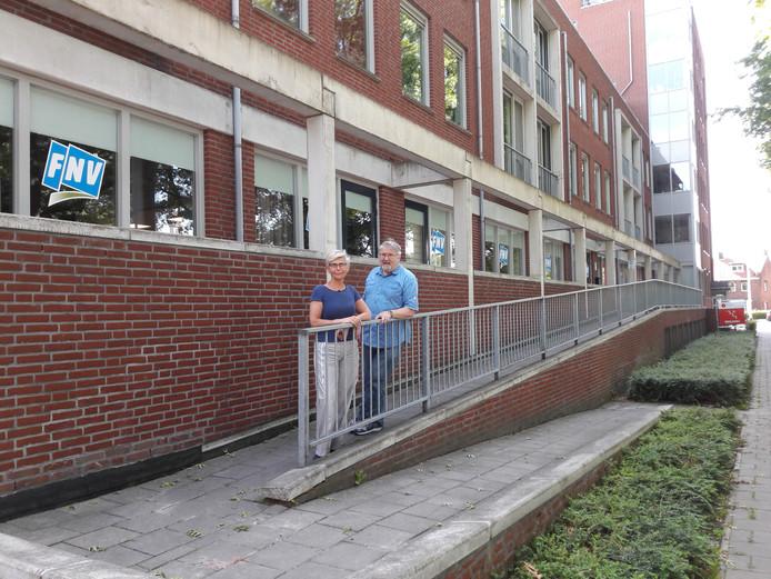 Ria Hilhorst en Louis Marcelis van Lokaal FNV Midden-Brabant bij het nieuwe Vakbondshuis.