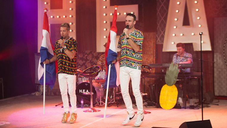 Alex Klaassen en Henri van Loon van H.E.A.R. vermaken het publiek met opgestoken duimen en lullige pasjes. Beeld Casper Koster