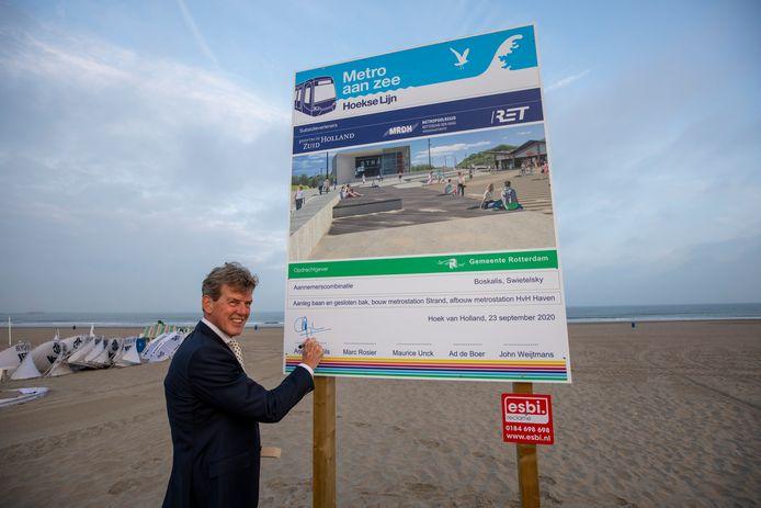 Wethouder Arjan van Gils van de gemeente Rotterdam hoopt dat badgasten voor de zomer van 2022 uit de metro kunnen stappen op het nieuwe station Hoek van Holland Strand.