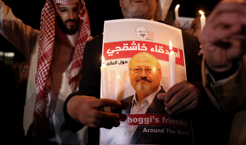 Demonstranten voor het Saoedische consulaat in Istanboel roepen om gerechtigheid voor Khashoggi.