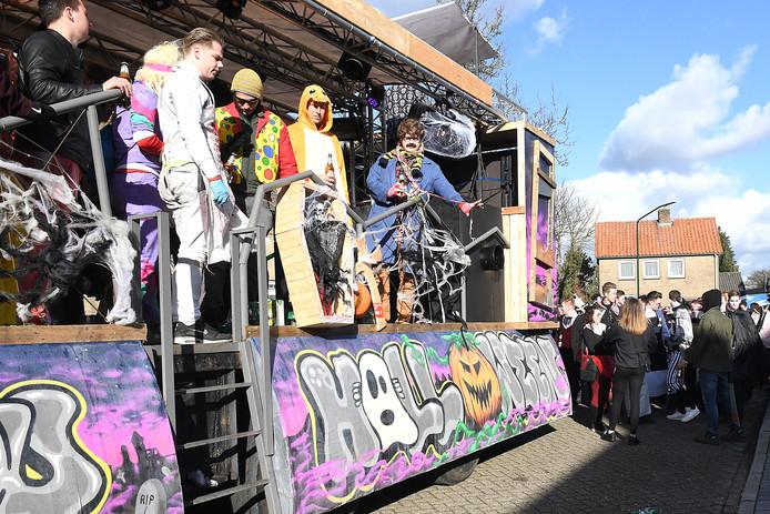 De Carnavalsoptocht in Langenboom veel wagens met KNETTER-muziek.