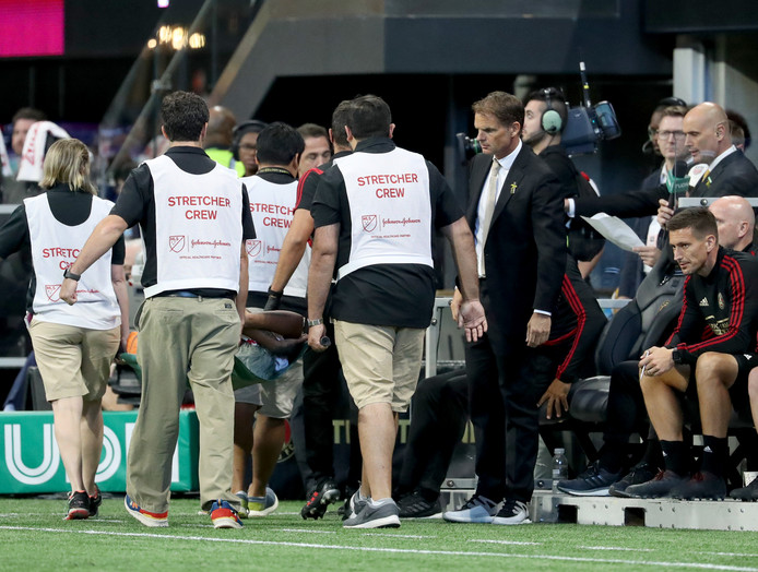 Frank de Boer ziet zijn topscorer Josef Martinez geblesseerd afgevoerd worden.