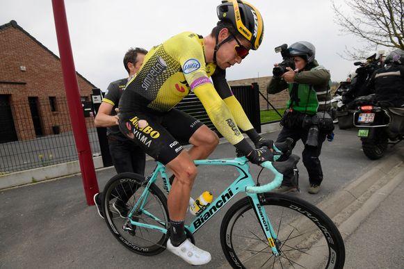 Wout van Aert na zijn val in Parijs-Roubaix.
