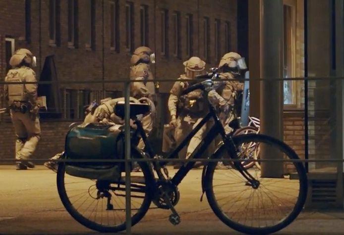 De Nederlandse politie verspreidde deze beelden van een van de invallen.