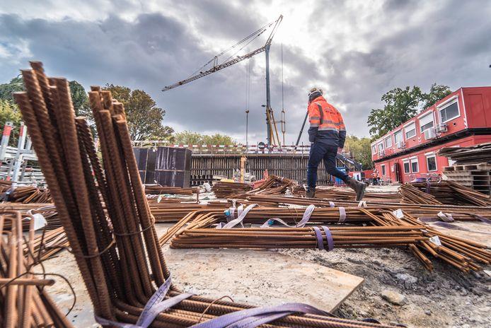 Werkzaamheden bij de sint Sebastiaansbrug.  Bouwvakkers werkten 16 maanden aan de nieuwe Sint Sebastiaansbrug. De oeververbinding wordt 16 juni opgeleverd.