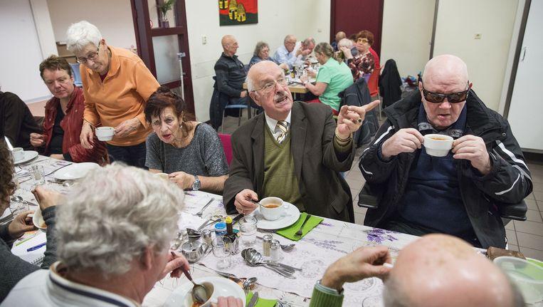 De dinsdagavondmaaltijden in de Lukaskerk in Den Haag voor mensen die behoefte hebben aan gezelschap. Er wordt gekookt door vrijwilligers. Beeld null