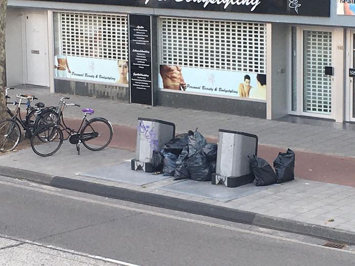 Ook aan de Aalsterweg in Eindhoven stapelt het afval zich op bij de ondergrondse containers.