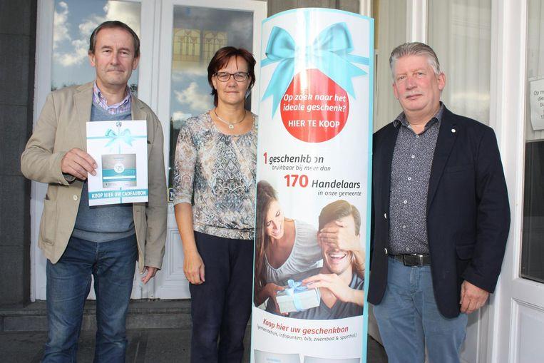Burgemeester Breemersch, Anje Ebo en schepen Claus deelden de duizendste bon uit.
