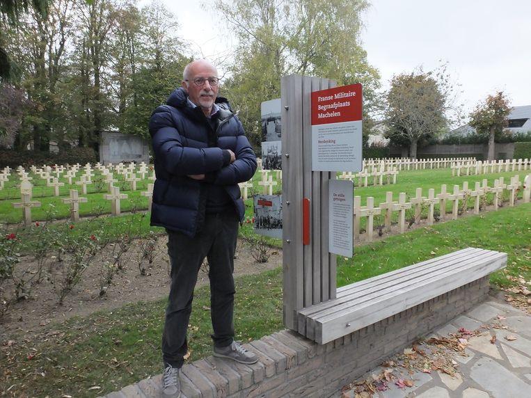 Tony Vanhee bij de Franse militaire begraafplaats in Machelen die ook langs een van de fietsroutes ligt.