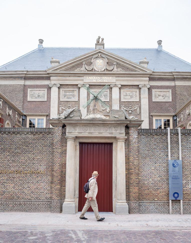 De hoofdingang van Museum De Lakenhal. Beeld Simon Lenskens