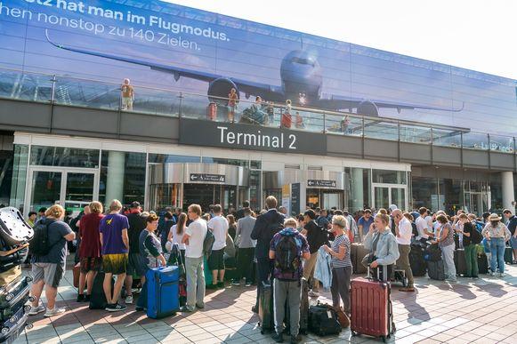 In München is een deel van de luchthaven ontruimd. Alle passagiers van terminal 2 moesten terug door de veiligheidscontrole. Ook delen van terminal 1 werden gesloten omwille van de veiligheid.