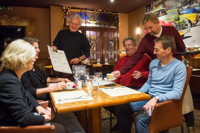 Jez Looman (links) en John Vandijck aan tafel bij hun gasten.