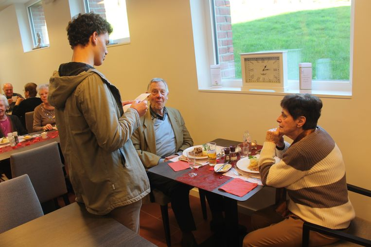 De studenten verrasten de senioren tijdens hun middagmaal met een gedicht.