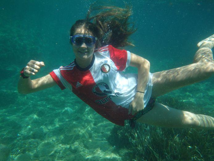 Cor den Hertog uit Vlaardingen ging snorkelen voor de kust van El Port de la Selva in Spanje en kwam Amber tegen… een prachtige zeemeermin die duidelijk fan is van de kampioensploeg.