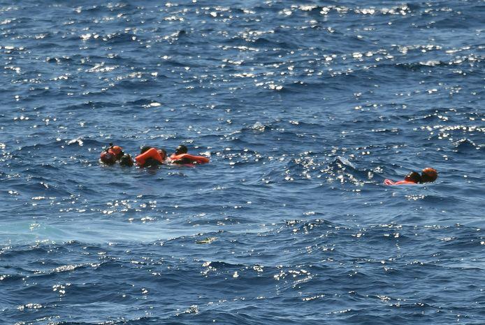 De Italiaanse kustwacht schoot  degenen die in zee sprongen te hulp.