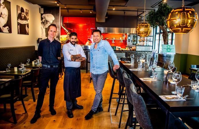 Patrick Roerade, Hassimo Mancarella en Radi Alloush (v.l.n.r. ) van Pizze Pronto op de Nieuwe Binnenweg. De keuken is de blikvanger van de Italiaan. De vurige liefde in de zaak is ver te zoeken.