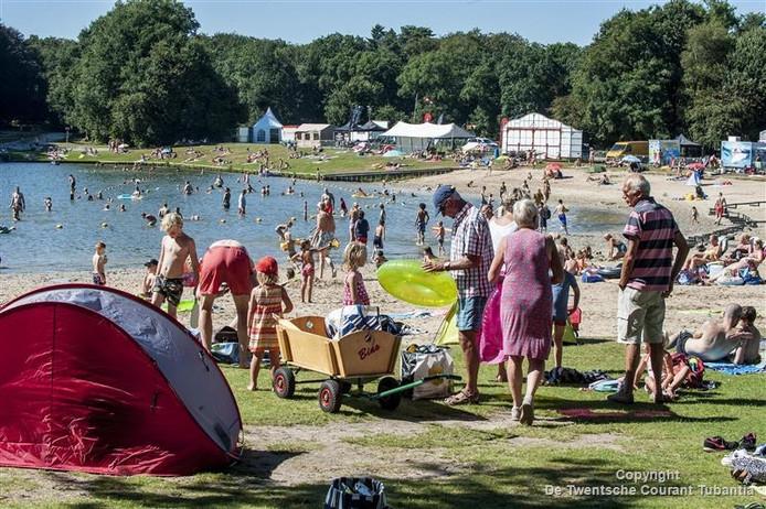 Bezoekers pakken hun spullen bij elkaar, nadat de oproep van parkmanager Bas Waanders over de zonneweiden klinkt.