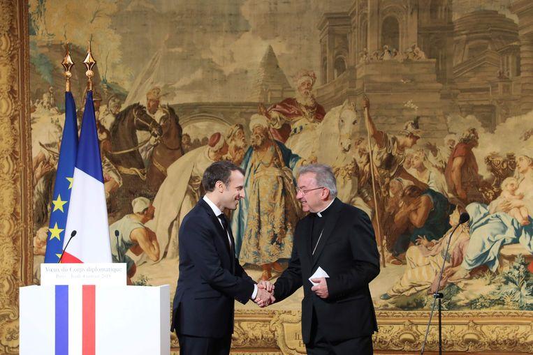 Franse president Emmanuel Macron schudt de hand van Luigi Ventura.