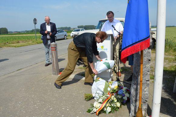 Rick Mangan, neef van de verongelukte piloot Danny Mangan, legt bloemen neer aan het monument in Outer.
