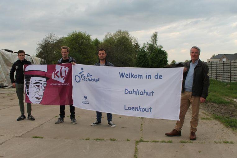 De KlJ en vertegenwoordigers van De Schakel slaan de handen in elkaar.
