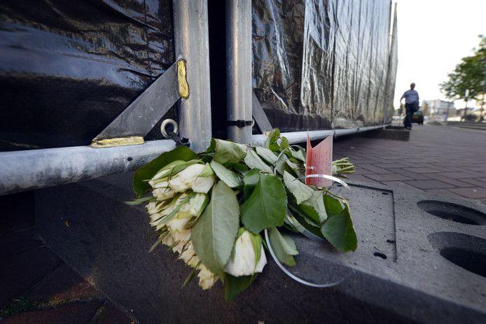 'Geen woorden voor dit verlies' staat geschreven op een kaartje bij een bos witte rozen die dinsdagmiddag voor het pand aan de Waag is gelegd.