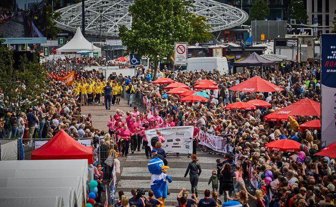 De aankomst van de lopers op de Binnenrotte tijdens de Roparun 2019.