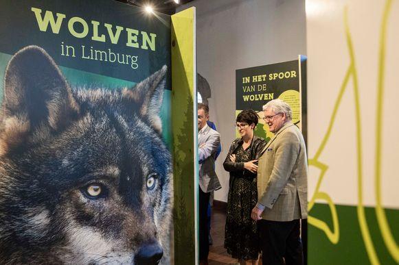Bezoekers bekijken de infoborden van 'Wolven in Limburg'.