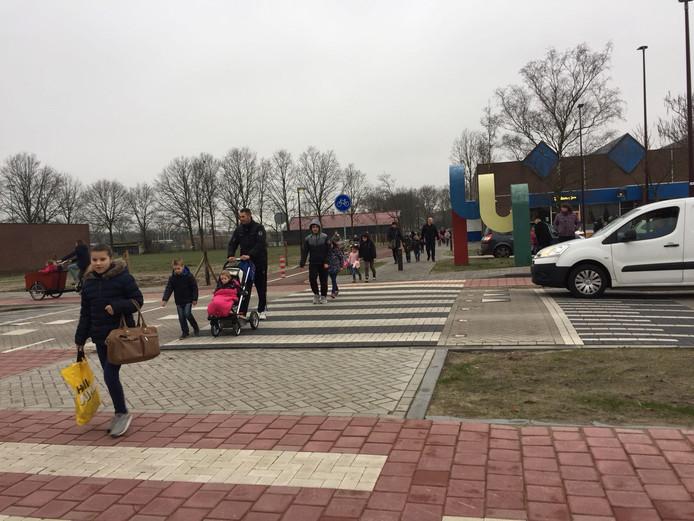 Op de zebrapaden voor de nieuwe basisschool ontstaan te vaak gevaarlijke situaties voor de kinderen omdat automobilisten gewoon doorrijden.