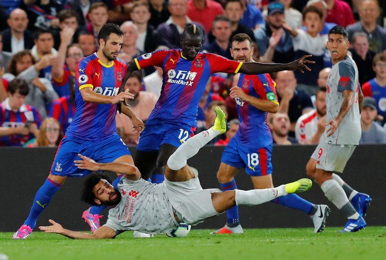 Mo Salah valt na een overtreding in het strafschopgebied. Beeld REUTERS