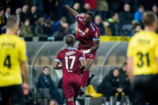 Riechedly Bazoer juicht na zijn goal voor Vitesse tegen VVV.