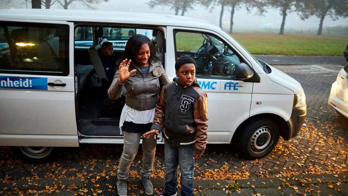 Kofi wordt door zijn moeder Edna Nunou geholpen om zich klaar te maken voor zijn schooldag.