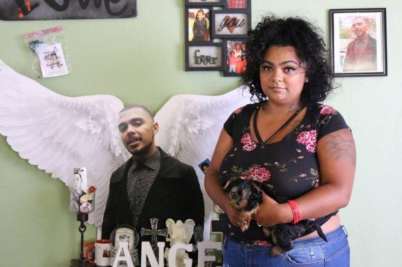 Alicia Saddler met op de achtergrond een afbeelding van haar overleden broer.