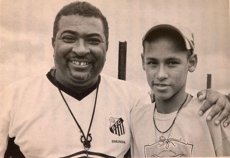 Neymar met zijn jeugdcoach Betinho. Beeld Familiealbum Betinho
