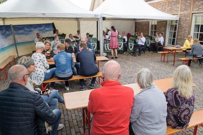 Oldenkot Gastro houdt toch een soort mini kleintje kermis, nu het Oldenkotse feest niet door kan gaan. Met een live-band Berkellander Musikanten op het terras.