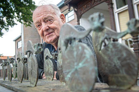 Norbert Vandommele werkt al 50 edities mee aan Izegem Koers. Hier zien we hem bij het beeld dat naar aanleiding van 50 jaar Izegem Koers door kunstenaar Johan Herman is gemaakt.