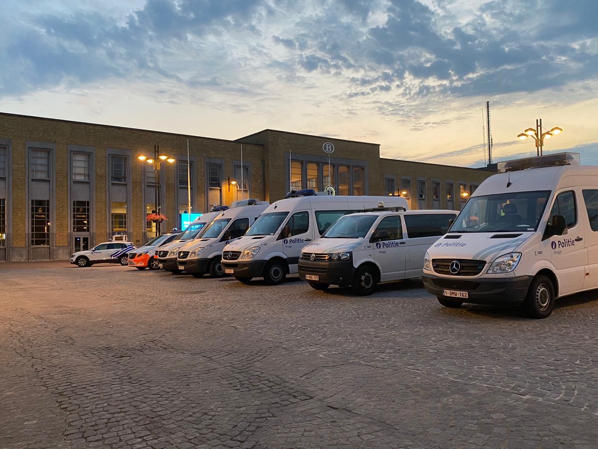 Voor het station stonden heel wat politievoertuigen geparkeerd. De politiemacht ging de overstap vanuit Blankenberge in goede banen leiden.