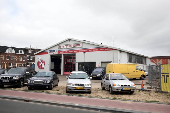 Het terrein aan de Weurtseweg in Nijmegen zoals het er april 2017 nog bij lag. Op de achtergrond is de eerste bebouwing van het Waalfront al zichtbaar.