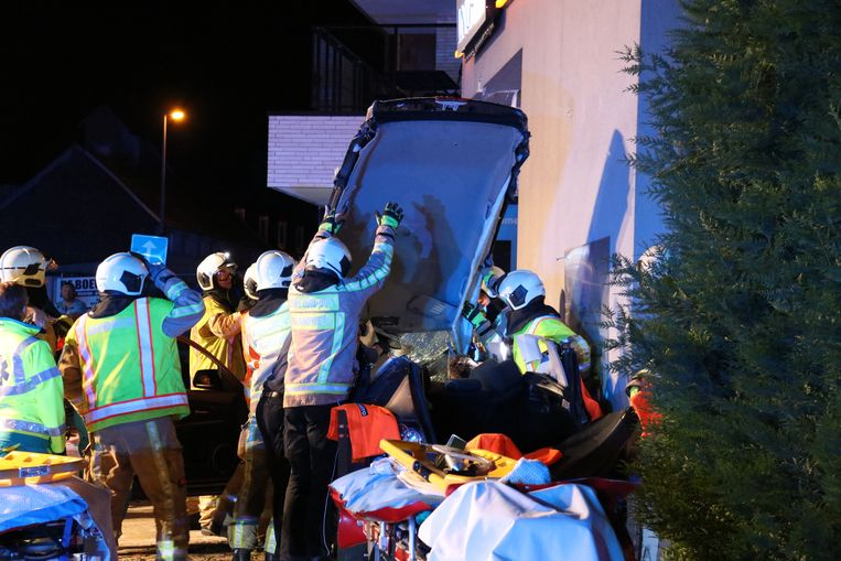 De brandweer moest beide slachtoffers uit de wagen bevrijden.