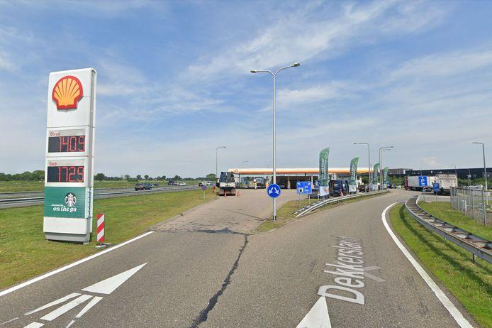 De automobilist raasde met hoge snelheid langs de pompen van Dekkersland bij Staphorst.