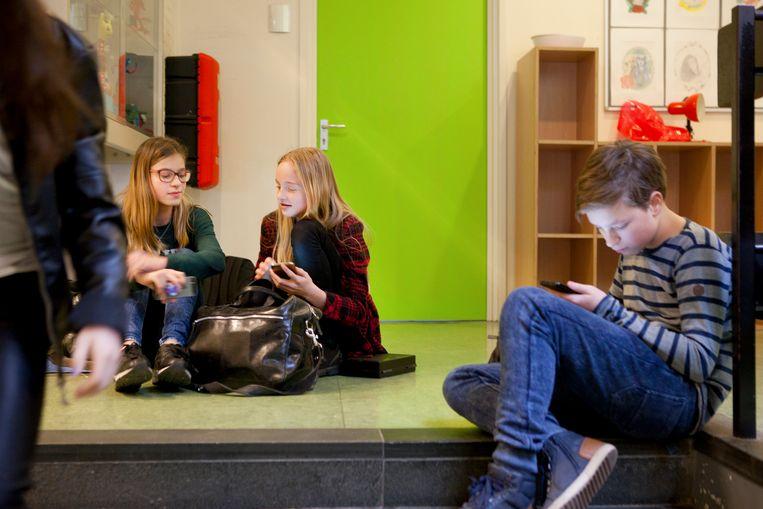 Middelbare school in Deurne. Vmbo'ers en vwo'ers zitten steeds vaker niet meer bij elkaar op school. Beeld Hollandse Hoogte