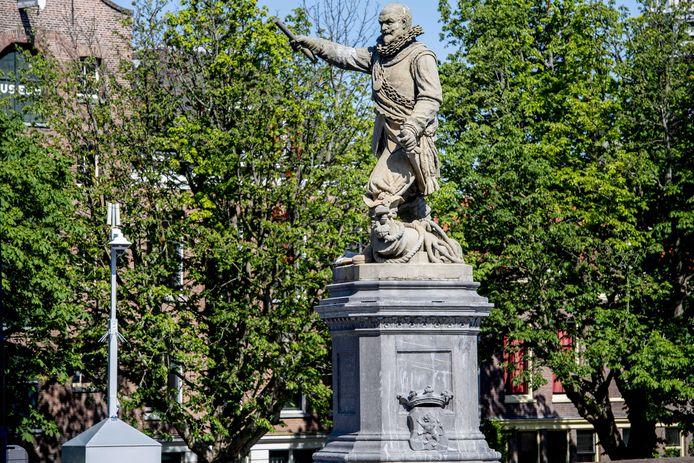 2020-06-13 10:32:19 ROTTERDAM - Het standbeeld van Piet Hein in Rotterdam-Delfshaven wordt beveiligd met een politiecamera, nadat het was beklad en besmeurd. Over de hele wereld worden standbeelden van omstreden personen omver getrokken uit protest tegen racisme. ANP ROBIN UTRECHT