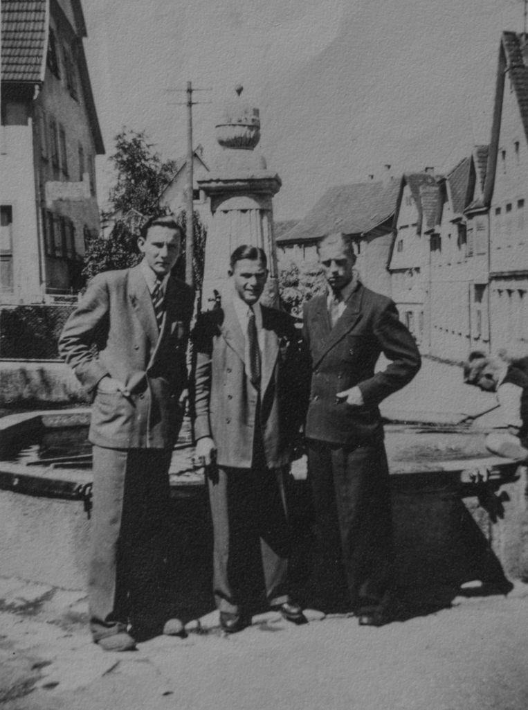 Wolf van den Berg (l) en Hans Kattenburg (m) in 1943 in Gönningen, waar ze onder hun schuilnamen in de wapenfabriek werkten Beeld Privéarchief